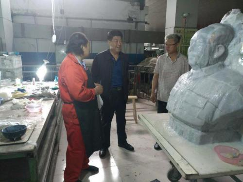 公司工会主席张龙生深入基层了解工人工作情况